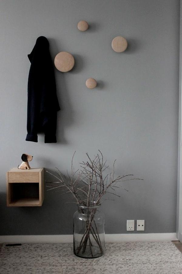 wunderschönes-Interior-Flur-mit-Garderobenhaken-aus-Holz