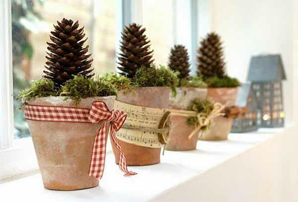 zapfen-in-blumenzöpfen-fensterdeko-zu-weihnachten