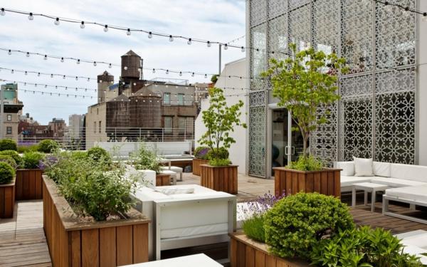 zauberhafte-Gestaltung-mit-vielen-Leuchten-auf-der-Terrasse