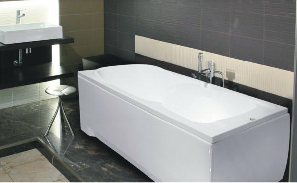 zeitgenössische-badewanne-in-weißer-farbe in einem schick ausgestatteten badezimmer