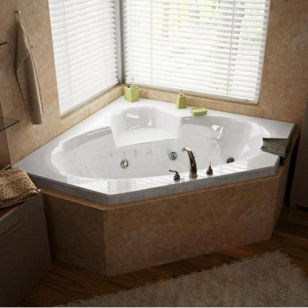 zeitgenössische-eckbadewannen in badezimmern mit jalousien