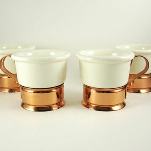 zwei-weiße-espressotassen-mit-goldenen-akzenten