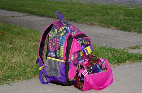 ein rucksack auf dem boden - für kleine mädchen