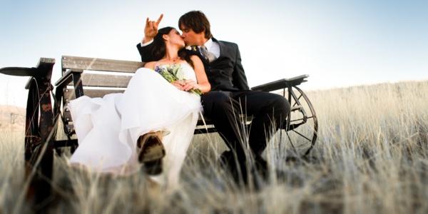 ckeckliste für hochzeit machen - braut und bräutigam auf einer sitzbank