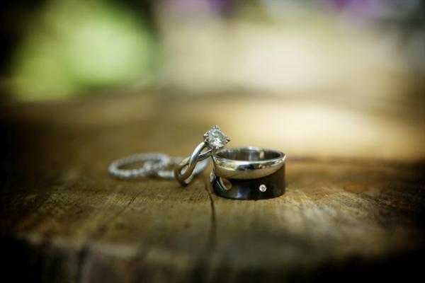 checkliste für hochzeit machen - zwei schöne Verlobungsringe