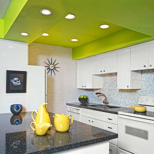 wunderschöne küche mit einer grünen zimmerdecke