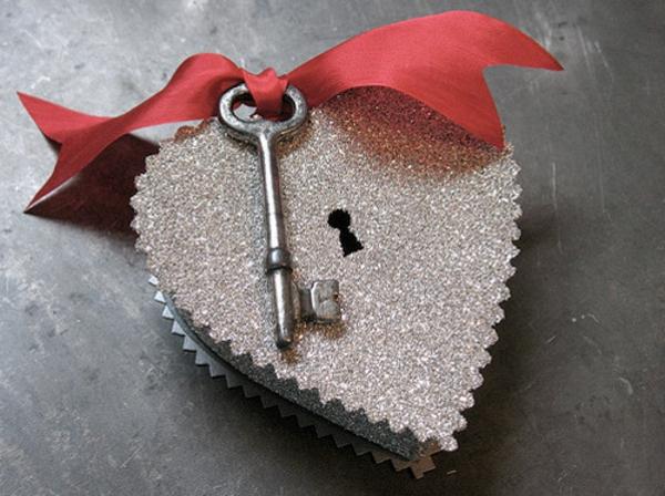 herzform-box-mit-schlüssel-silber
