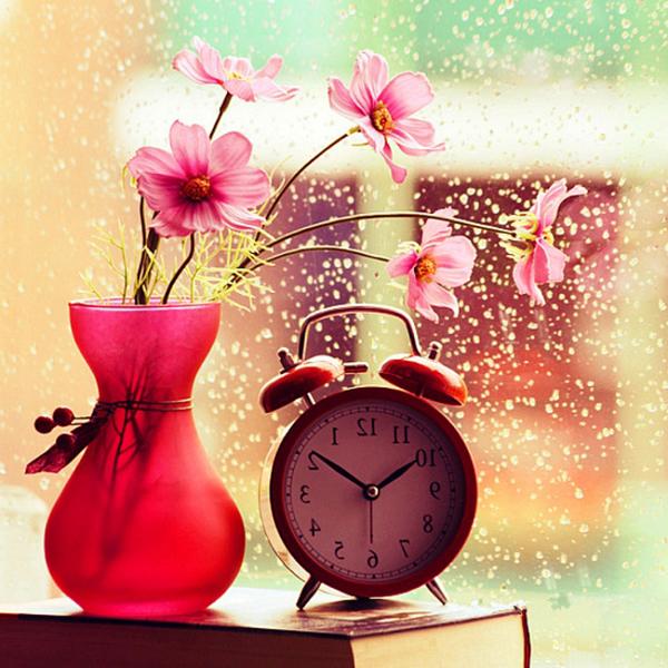 vase-in-pink-mit-blumen-im-pink