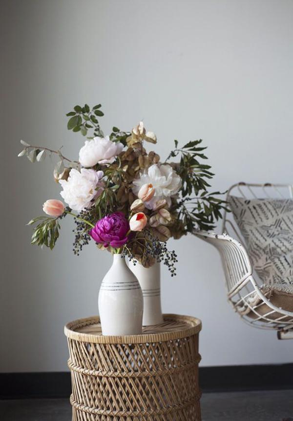 tisch-mit-blütenreiche-vasen