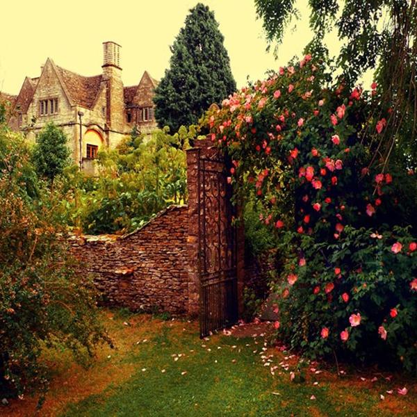 der-garten-mit-rosenpflanzen-hohen-mauern-mystisch-und-versteckt