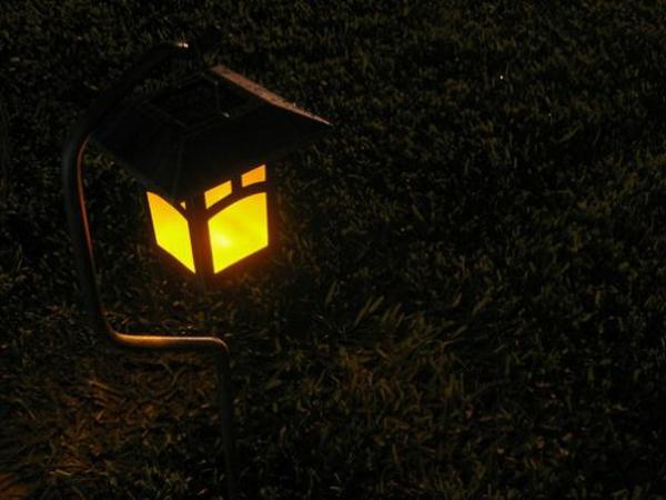 garten mit einer schöner solarlampe - dunkles foto von oben genommen