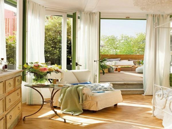 schöne deko idee zum frühling - blumen im wohnzimmer