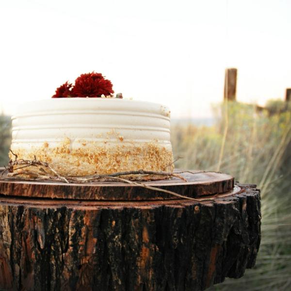 feier zur hölzernen hochzeit - schöne weiße torte