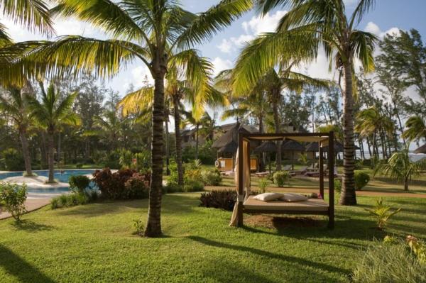 relax-bett-palmen-grünraum-garten-traumhaft