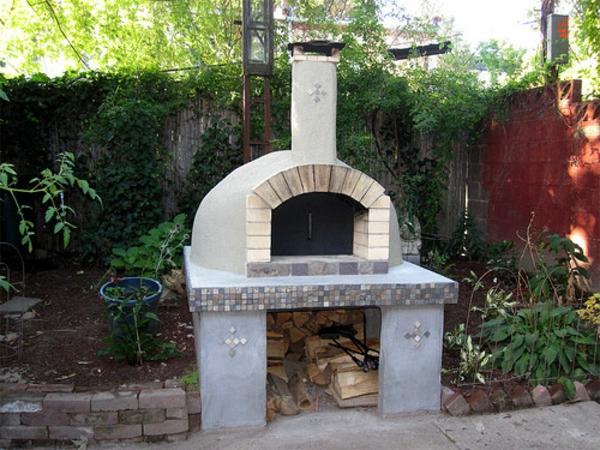 garten mit einem weißen pizzaofen aus stein gemacht