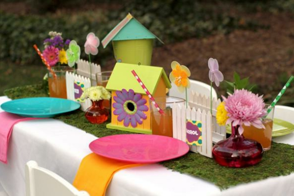 deko idee zum frühling - bunte sachen auf dem tisch