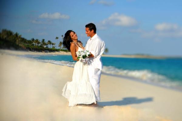 checkliste für hochzeit machen - schönes paar am strand