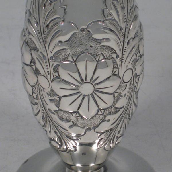 silber-vase-blumen-muster