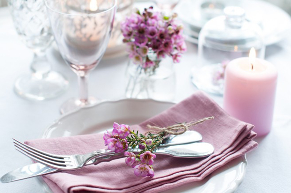 violetter-flieder-als-tischdeko