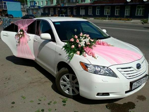 rosige dekoration fürs auto zur hochzeit
