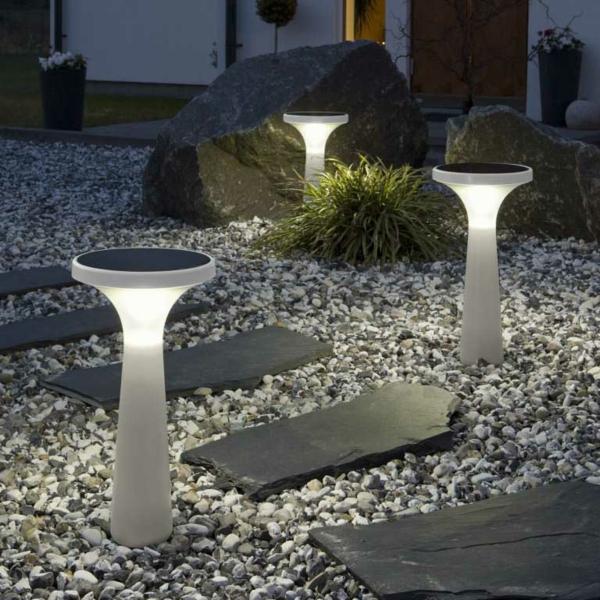Steingarten Mit Modernen Solarleuchten In Weißer Farbe   Interessante  Steine In Dem Garten Inspierierende Solarleuchten Für ...