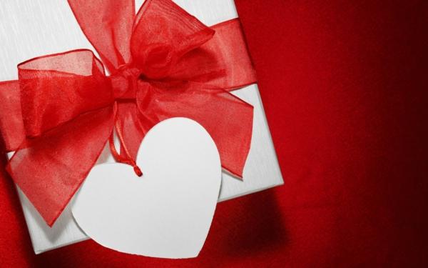 geschenke-box-weiß-rote-schleife-herz-ettiket