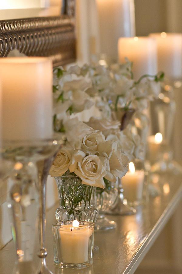 Kamin-dekoration-mit-kreme-weiße-blüten