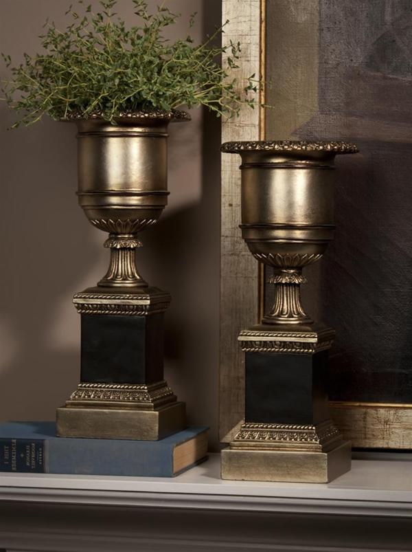 silberne-antike-vasen-mit-pflanzen
