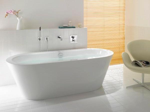 accessoires-bei-badewanne-mit-weißen-fliesen