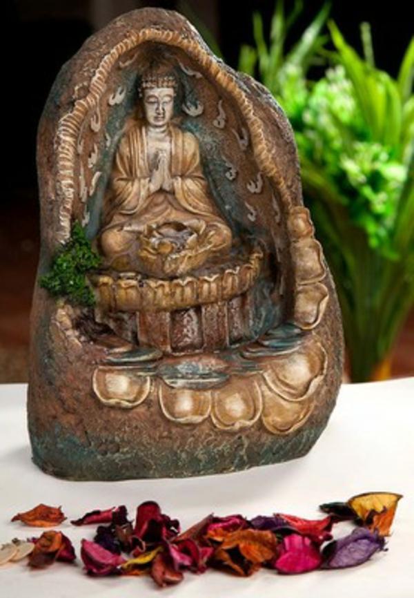 Buddha-Brunnen-blätter-aus-blumen-davorne