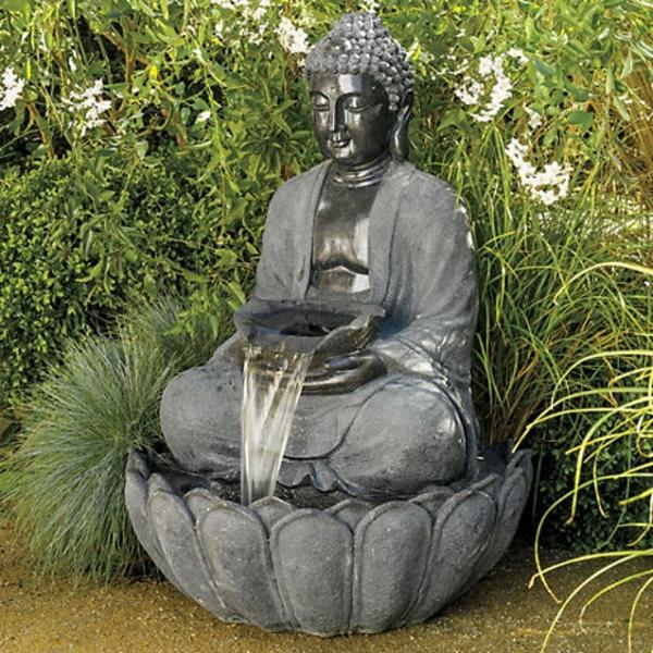 Buddha-Brunnen-grüne-pflanzen-dahinter