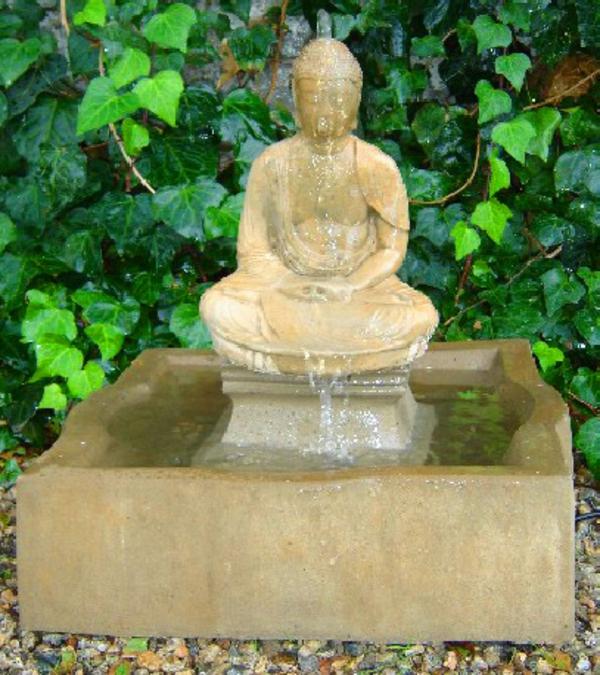 Buddha-Brunnen-grüne-schöne-pflanzen-dahinter