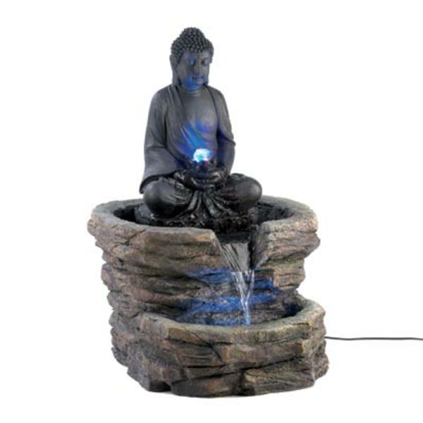 Buddha-Brunnen-hintergrund-in-weißer-farbe