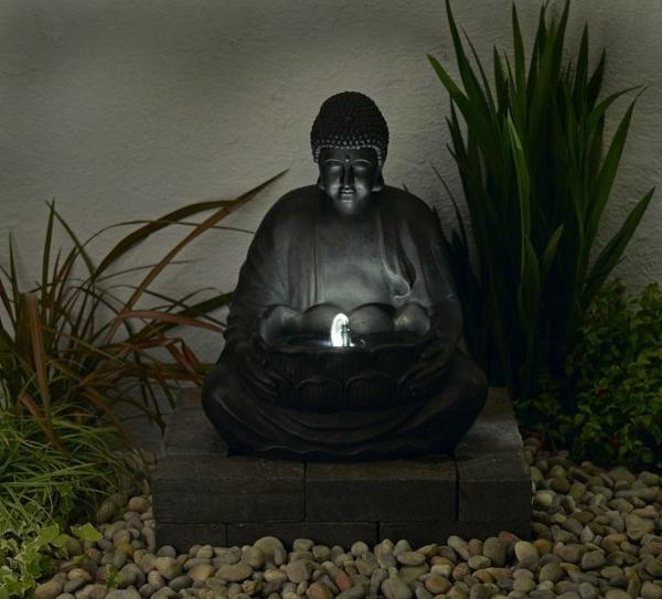 Buddha-Brunnen-im-exotischen-garten-gestellt