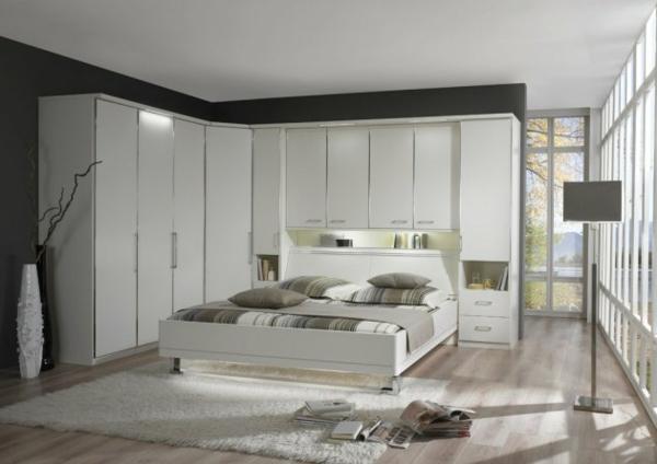 Schlafzimmer inspiration weiß ~ Weißer eckschrank und modernes bett