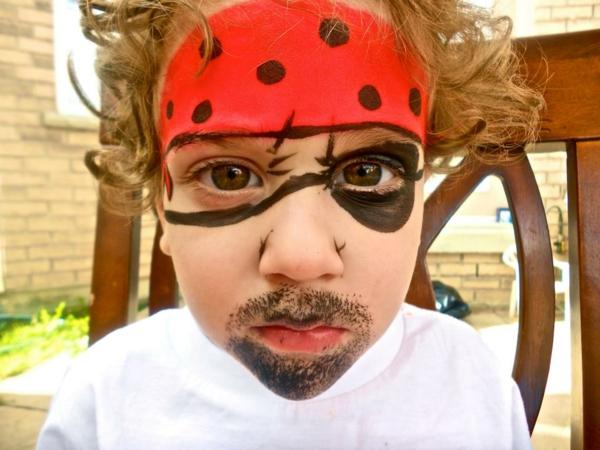 wunderschönes foto von einem jungen - piratschminken