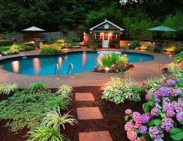hintergarten-mit-gartenhaus-und-artenreiche-bepflanzung