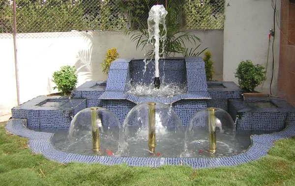 blauer interessanter springbrunnen im garten
