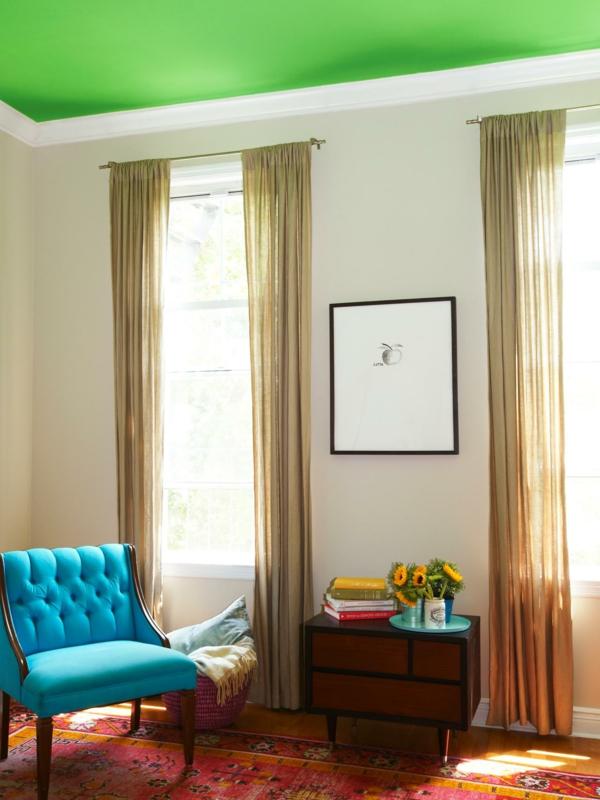 beige gardinen und schöne grüne zimmerdecke