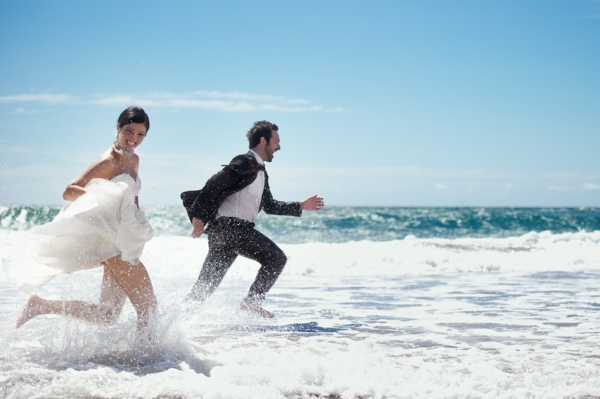 lustiges foto von einer braut und einem bräutigam