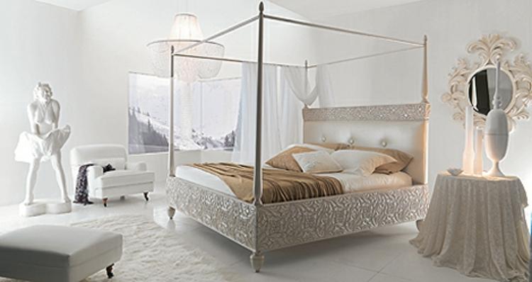 kristallleuchte-pompöses-schlafzimmer-bett-mit-gravur-edel-schick-modern