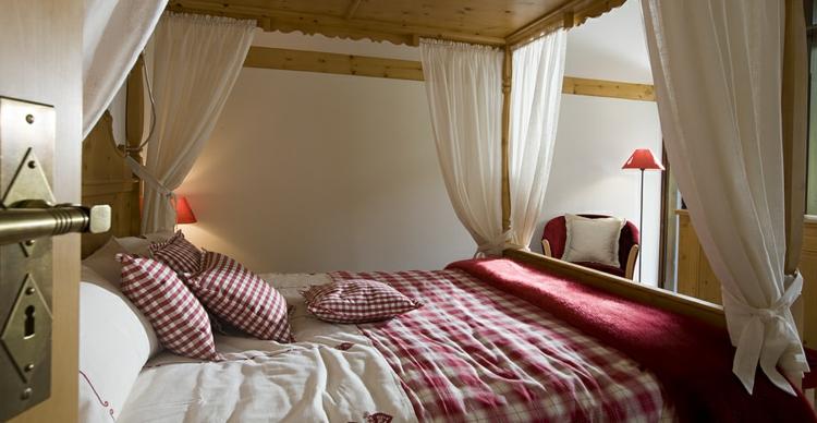 rot-weiße-bettwesche-himmelbett-braun-edel-schick-modern-tür-ansicht