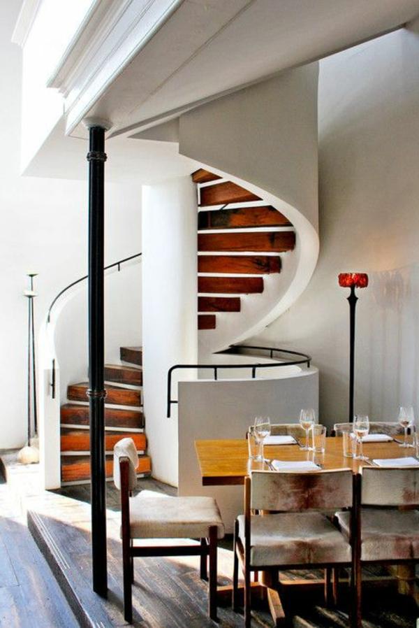 Innenarchitektur-effektvolles-Design-für-eine-Spindeltreppe--
