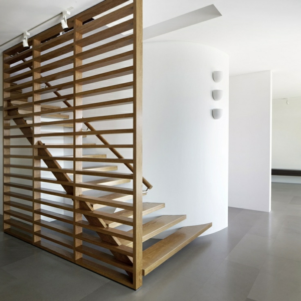 -Innenarchitektur-effektvolles-Design-für-eine-Spindeltreppe-aus-Holz