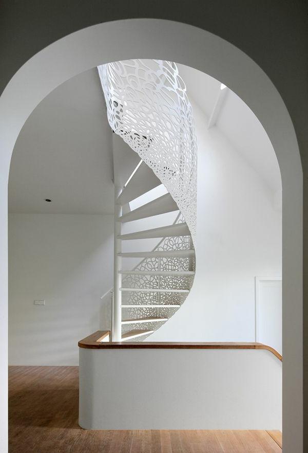 Innenarchitektur-effektvolles-Design-für-eine-Spindeltreppe-in-Weiß