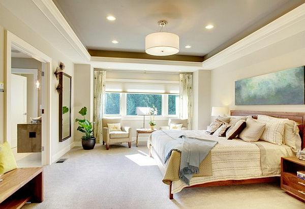 weißes schlafzimmer mit einer kreativen zimmerdecke