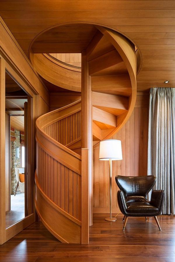 Interior-Design-Ideen-Spindeltreppe-aus-Holz-mit-originellem-Design