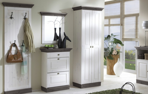 Interior-Design-mit-modernen-Flurmöbeln-in-weißer-Farbe