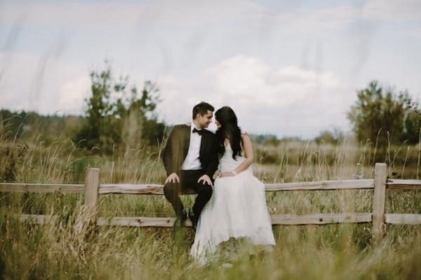 ckeckliste für hochzeit machen - ehepaar auf dem wiesen