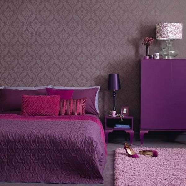 lila schlafzimmer mit vielen dekokissen auf dem bett